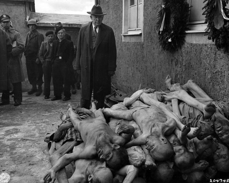 Жители немецкого города Веймар в концлагере Бухенвальд у тел погибших узников. Американцы привели в лагерь жителей Веймара, находившегося неподалеку от Бухенвальда.