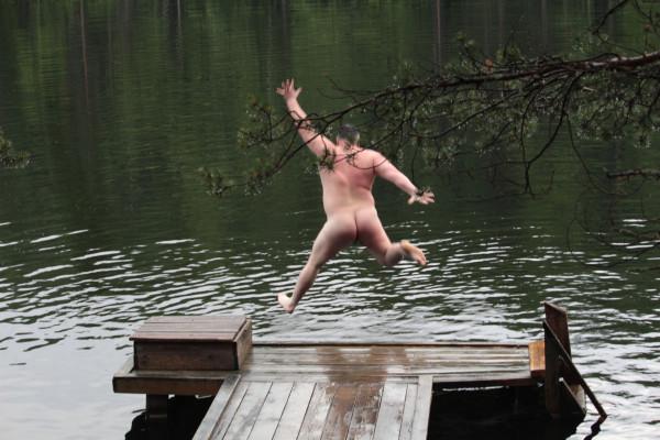 Сняв с себя все мы побежали купаться