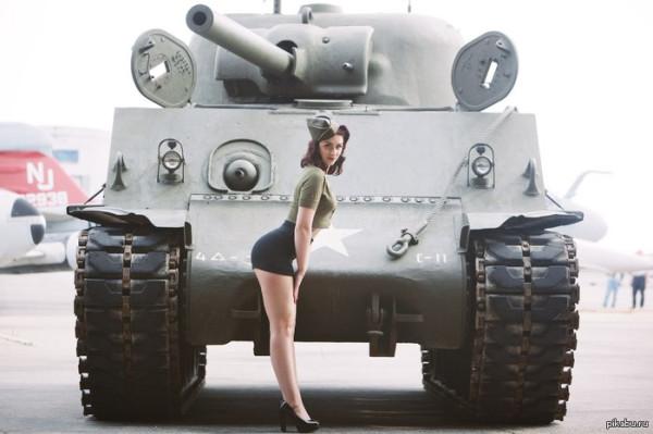 Девушка на фоне танка