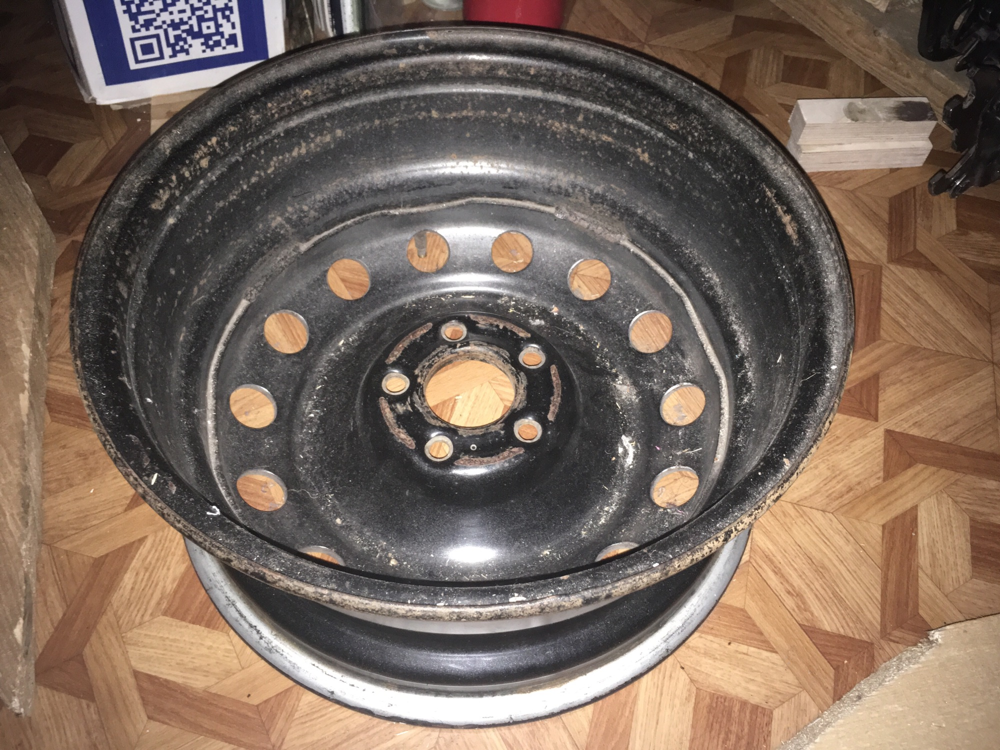 Колесный диск от автомобиля, по которому взбираюсь на кровать.