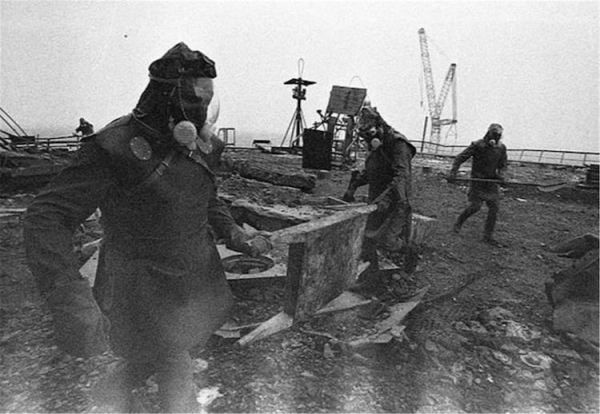 Ликвидаторы аварии на Чернобыльской АЭС на крыше реактора № 3, 1986 год. Автор фото: Игорь Костин