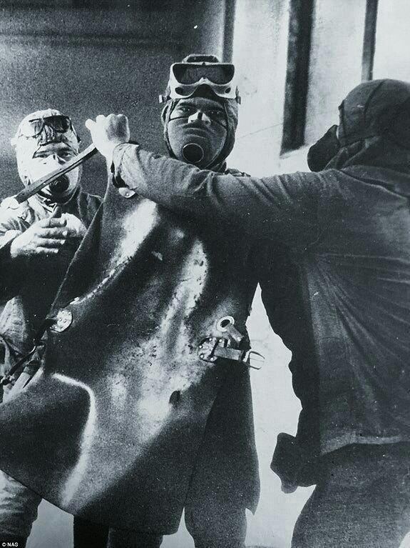Ликвидатор готовится к очистке крыши реактора номер четыре, Чернобыль, 1986 год