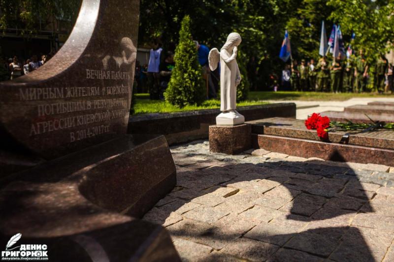 Памятник погибшим во время вооруженного конфликта жителям города Горловка, 2017