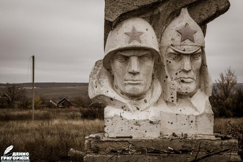 Разрушенный памятник в посёлке Зайцево. 2017