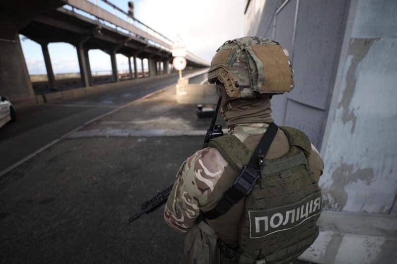 Фото с киевского моста, который грозился взорвать террорист в украинском флаге. Фото из Сети.