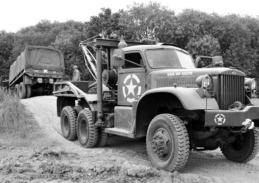 Diamond-T-M969-wrecker-with-the-Holmes-twin-boom-wrecker-body.