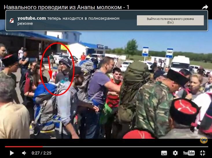 0_27 пидор навального с мячом в одной руке целенаправленно  идёт к деду