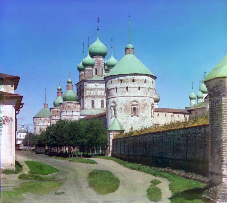 Ростовский кремль. Вид с ул. Сакко. Фото 1911  Прокудин-Горский.jpg