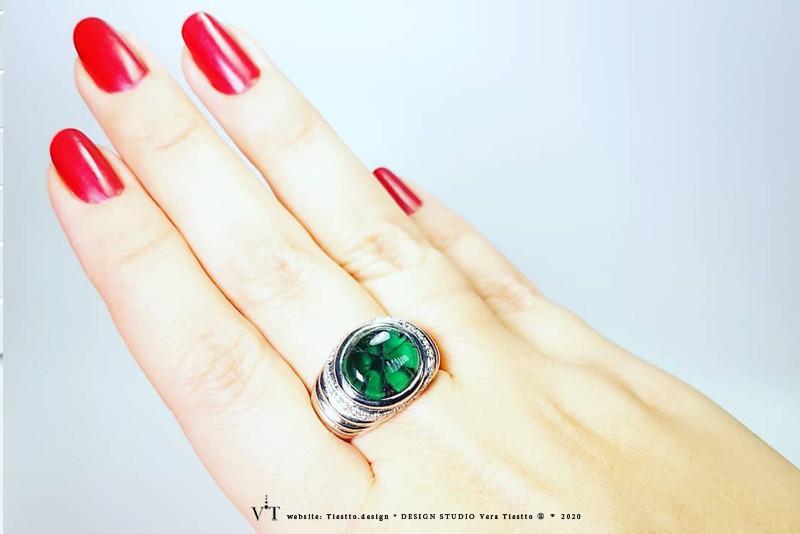 Кольцо TELEPORT, платина с бриллиантами и изумрудом трапиче