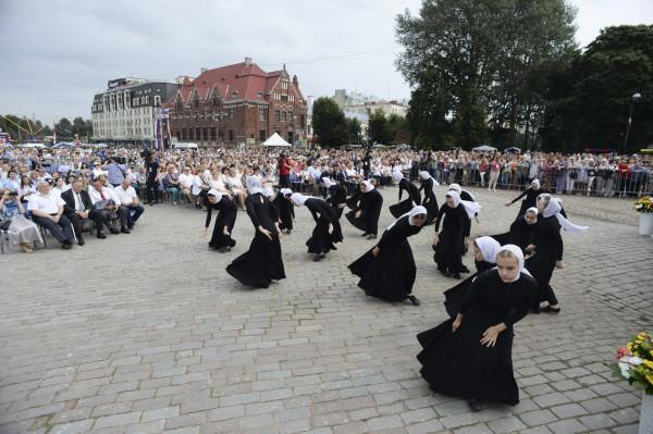 Выборг встречает Патриарха православными танцами