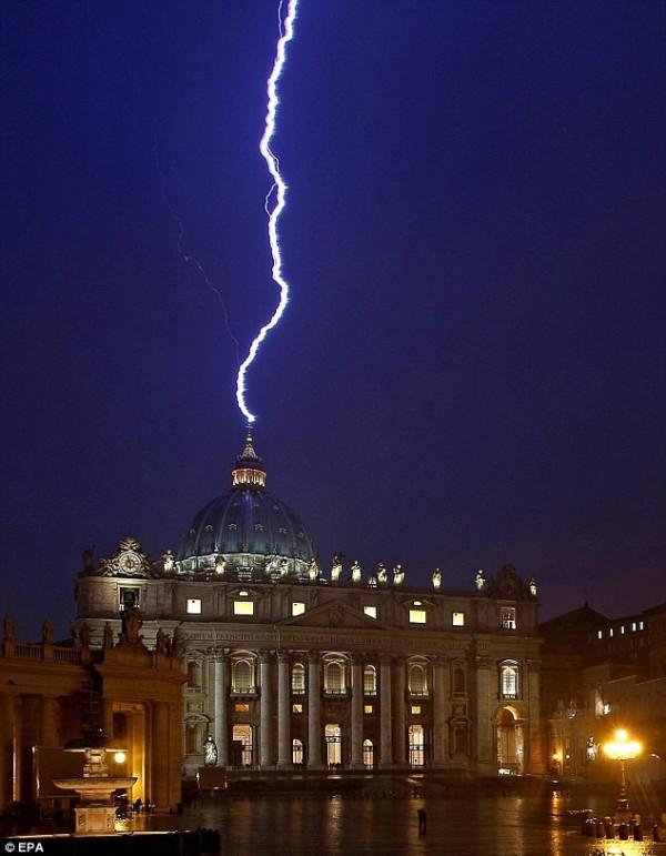 Молния, ударившая в собор святого Петра