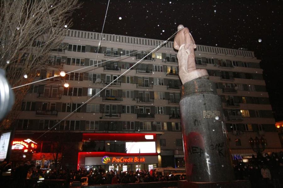 Памятник Ленину сносят в Киеве