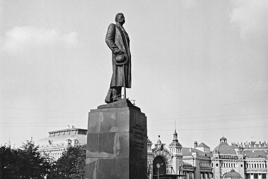 Памятник Максиму Горькому у белорусского вокзала