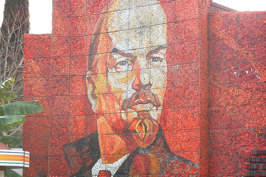 Мозаичное панно Ленин у парка Ривьера в Сочи