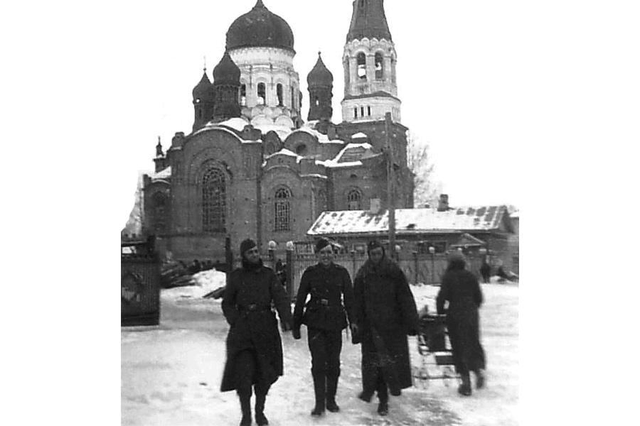 Солдаты «Голубой дивизии» на фоне Покровского собора в Гатчине. Зима 1942–1943 гг.