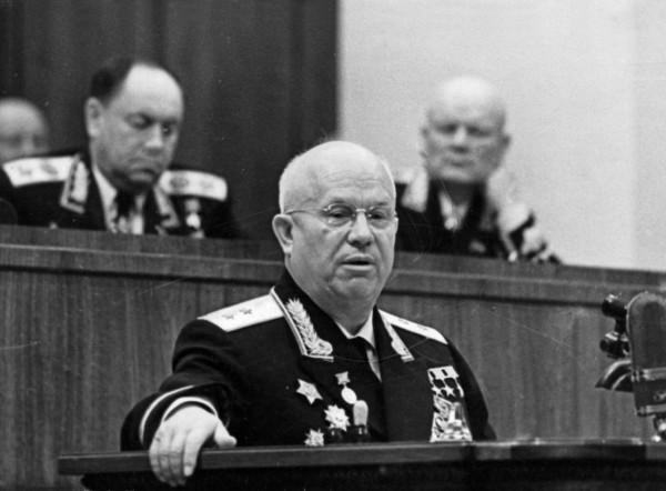 Трижды Герой генерал-лейтенант Никита Хрущев выступает на митинге 22 июня