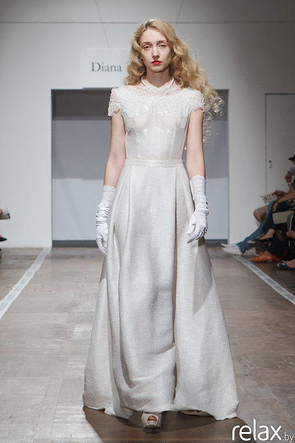 Свадебное платье со шлейфом и кружевом