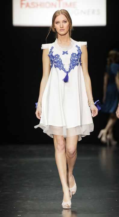 стильное белое платье с синим кружевом