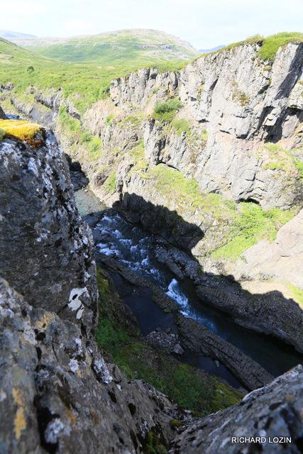 Исландия. Каньон с вертикальной базальтовой стеной