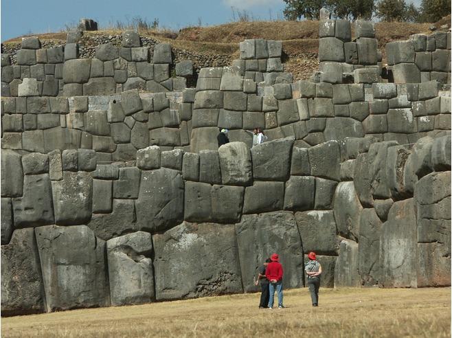 6654078-Three_Great_Walls_Cusco