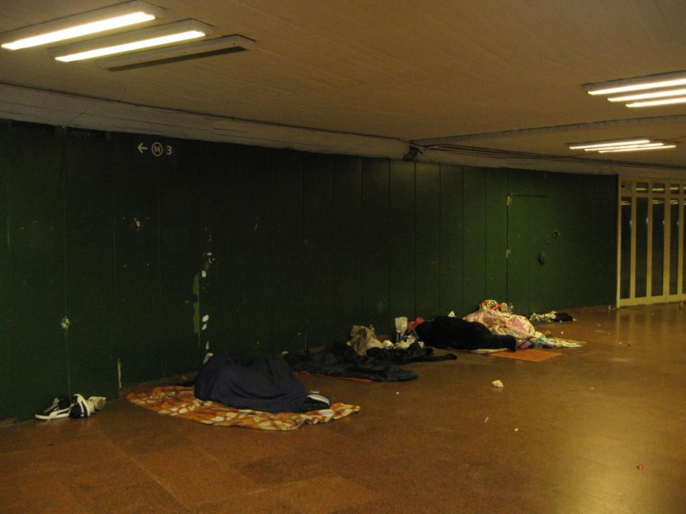 IMG_7310 - бомжи в метро Будапешта.JPG