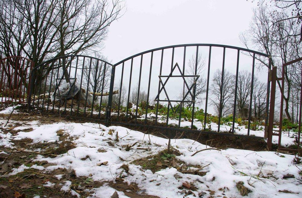 Logishin cemetery 2.jpg