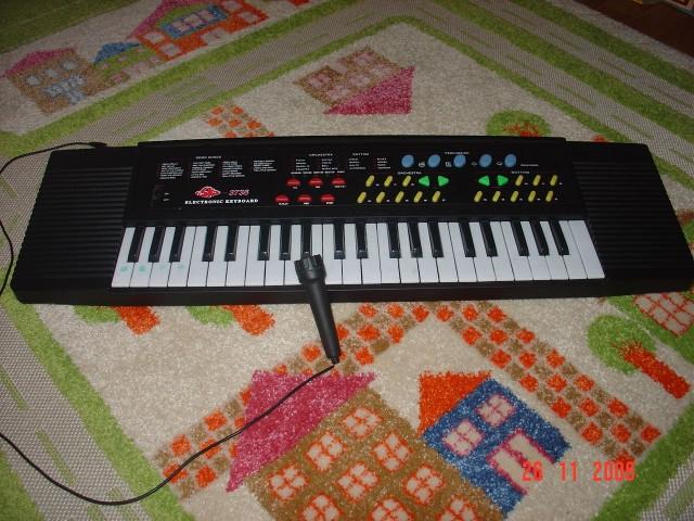 дешёвый китайский синтезатор с караоке (30уе)
