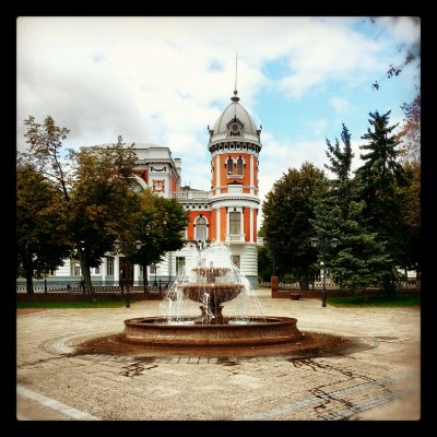 Краеведческий музей и фонтан