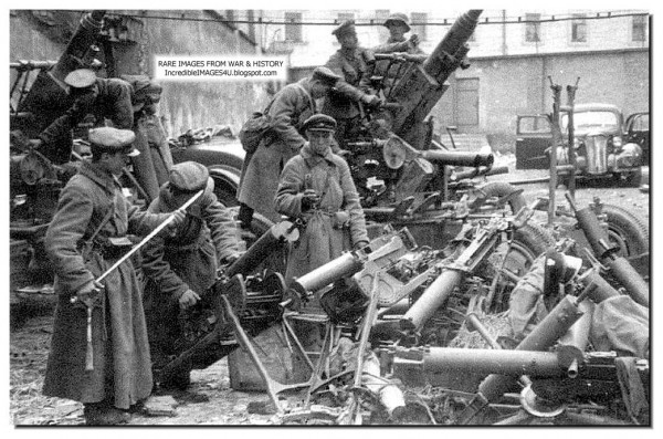 russian-soldiers-eastern-poland-1939-examine-polish-arms