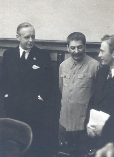 Подписание пакта о ненападении 23 августа 1939 г. Слева направо: министр иностранных дел Германии И.Риббентроп, И.В.Сталин, В.Н.Павлов