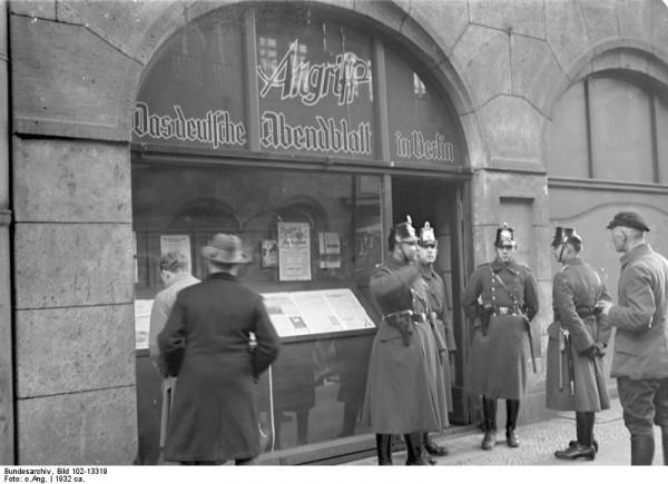 Bundesarchiv_Bild_102-13319,_Berlin,_NS-Zeitung_-Der_Angriff-