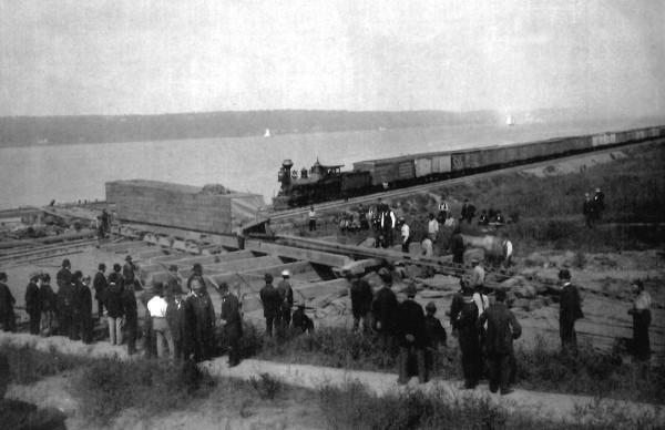 Погрузка иглы с реки Гудзон на железнодорожные пути