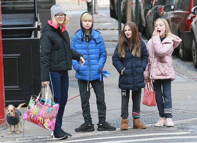 Актриса Наоми Уоттс со своими сыном Сэмюэлем на прогулке