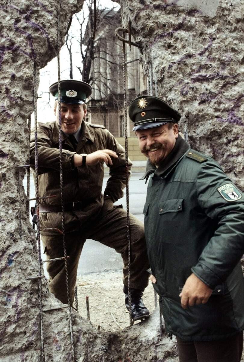 Пограничник ГДР и полицейский ФРГ у Берлинской стены, 1990 год