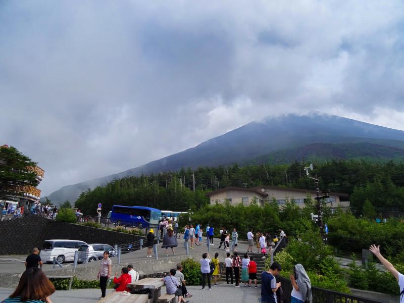 Автобусная остановка на пятой станции. На заднем плане гора Фудзи