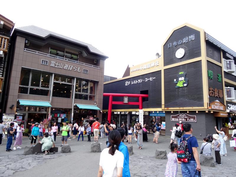 Сувенирные магазинчики на пятой станции
