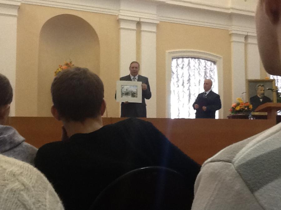 Ректор ВоГТУ Соколов Л.И. дарит картину Леденцову Н.Н.