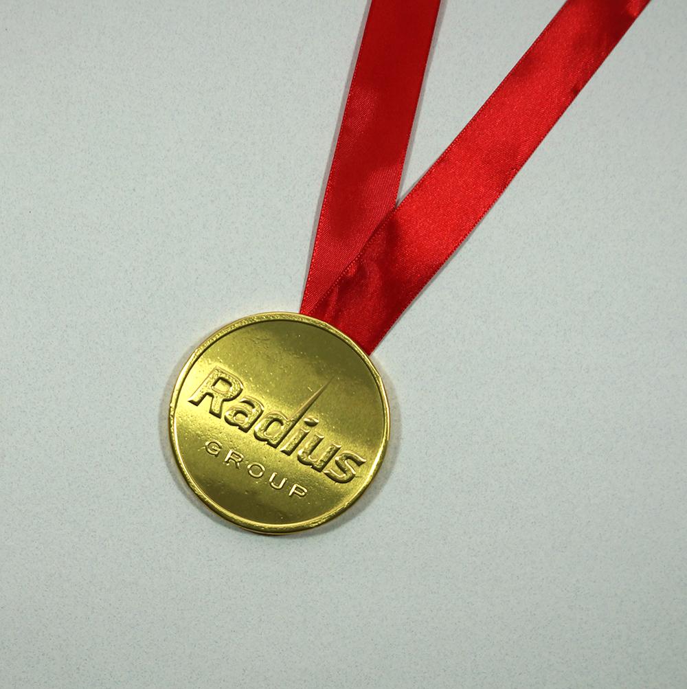 Шоколадная медаль на ленте.