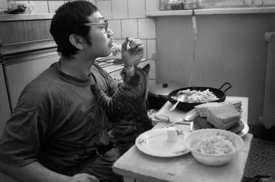 1996г. Алма-ата. На «Пятницкой». Обед с котом Барсиком.
