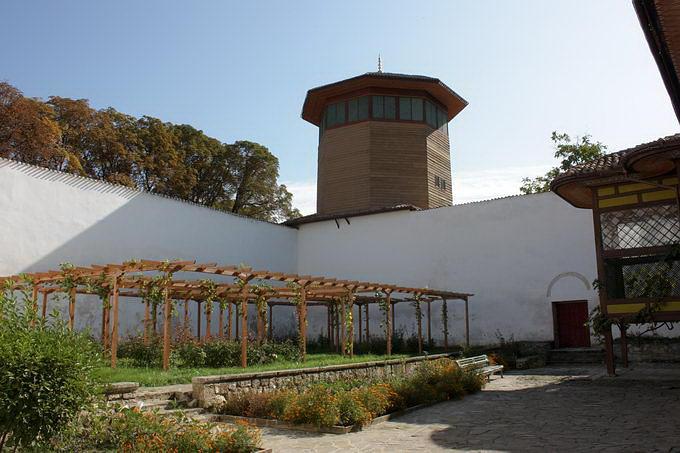Дворик и Соколиная башня