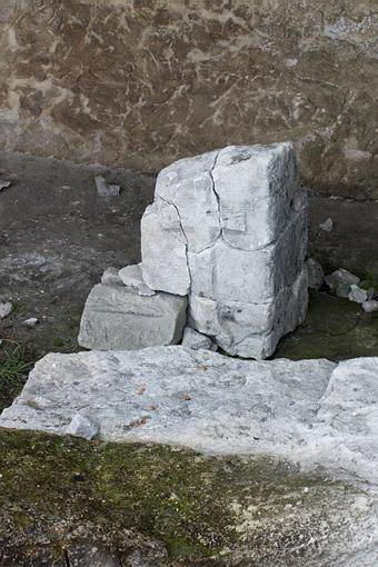 Камень с крестом