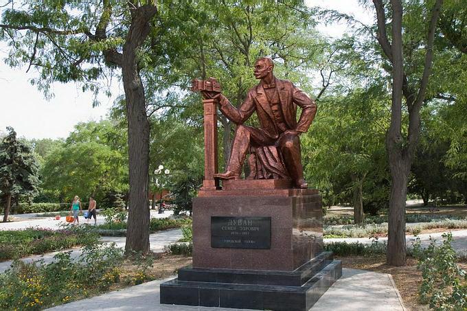 Евпатория. Памятник С.Дувану