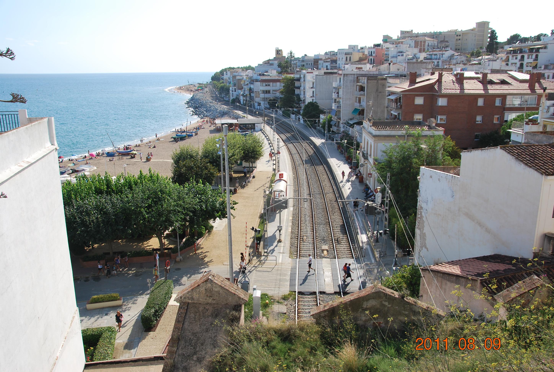 Вид на пляж и ЖД в сторону Барселоны