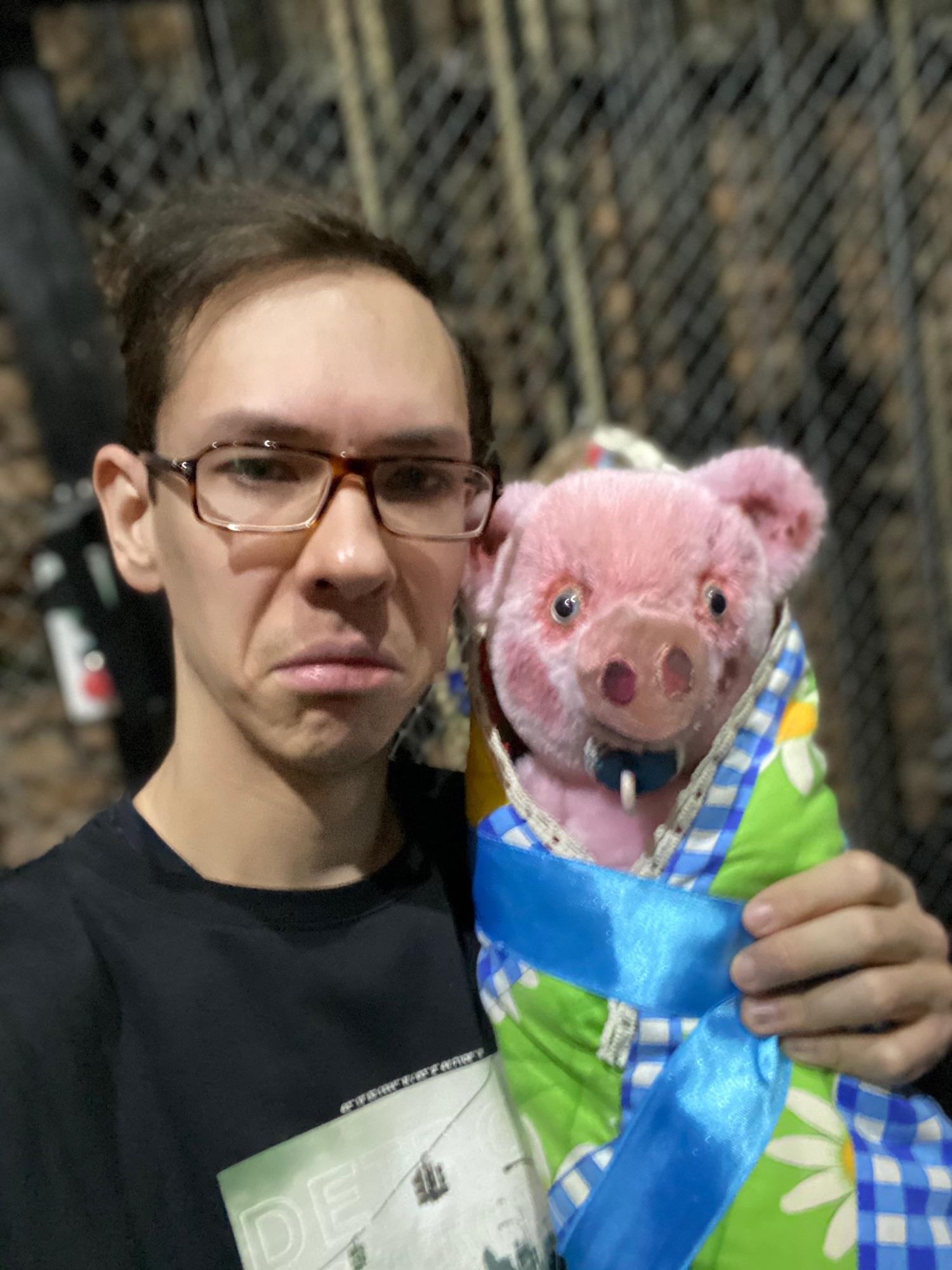 Муж мой Игорь со свиньей-младенцем