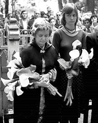 Ия Фешина с дочерью Никаэлой на перезахоронении праха Николая Фешина на Арском кладбище Казани. 1976 год