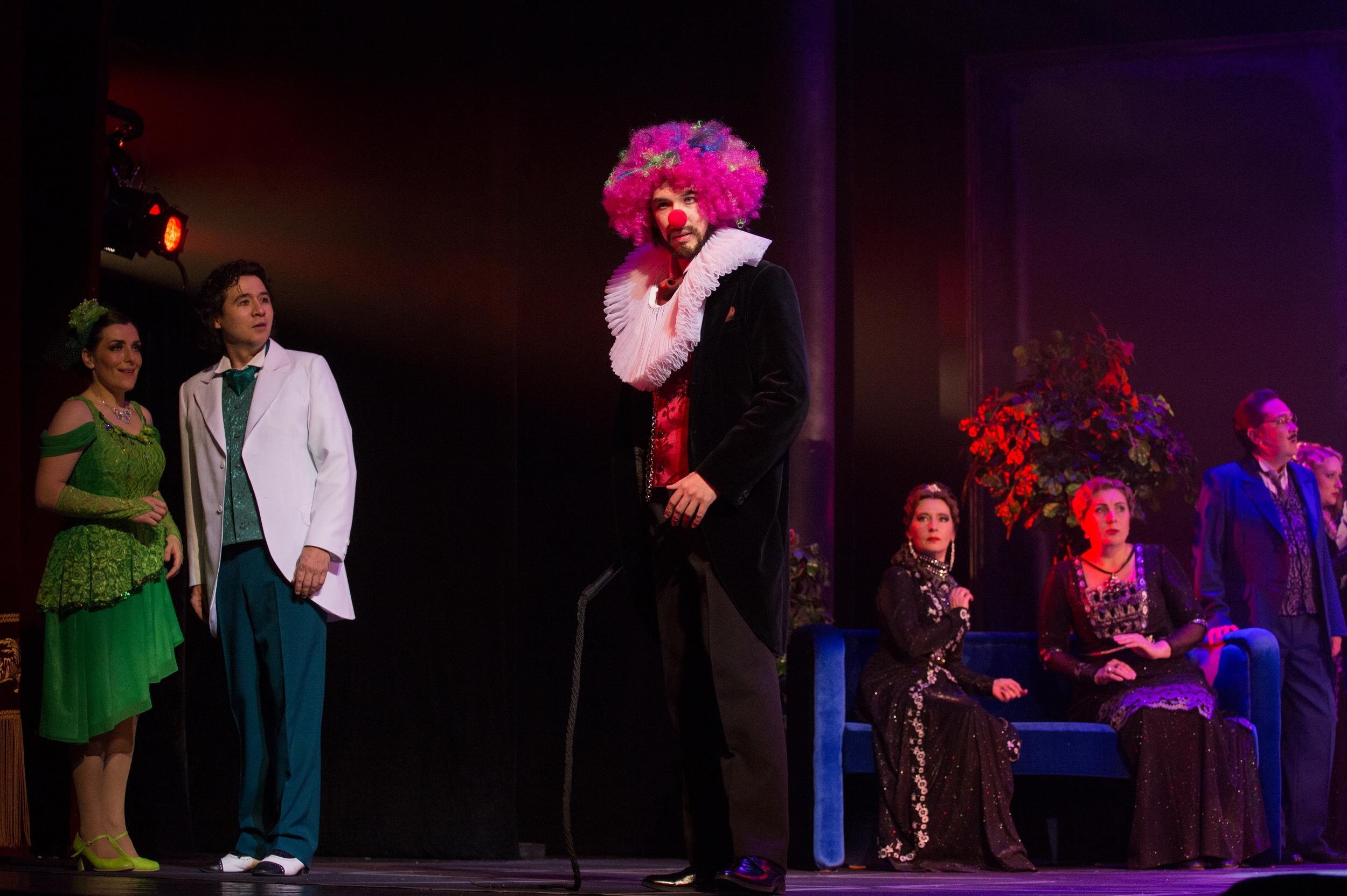 Барон де Кревельяк. Слева стоят Мари и Тони. Фото Виталия Голубева