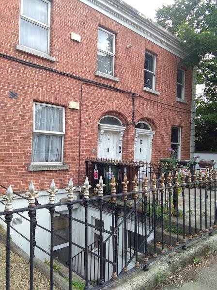 """Это фото сделано в богатом квартале Дублина. Видно. что кроме 2-х обычных этажей есть еще нижний, подвальный. До недавнего времени там жили люди, причем таких """"квартир"""" было много во всех городах."""
