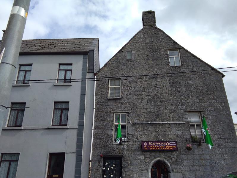 Старый дом в Дублине. Он высокий и у него современные окна, но дает представление о традиционном жилом доме.