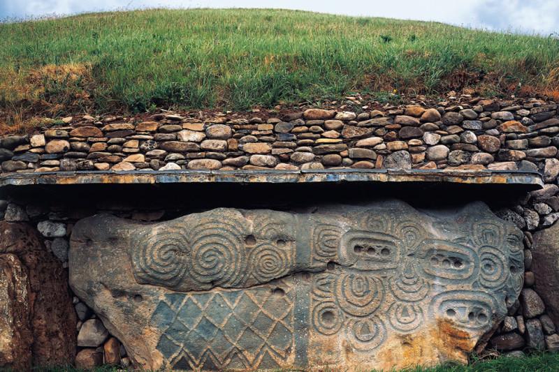 Камень с таинственными рисунками. В нижней части постройки несколько таких камней, рисунки на всех разные.