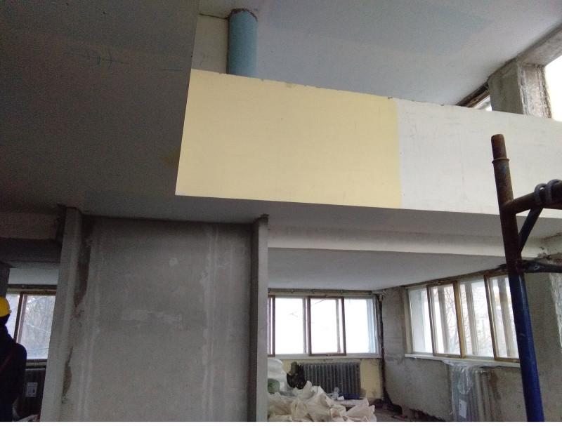 Большая квартира. Наверху видна комната 2-го этажа. Справа выход на полукруглый балкон.